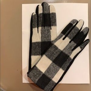 Women's Gloves in Black and White Buffalo Check